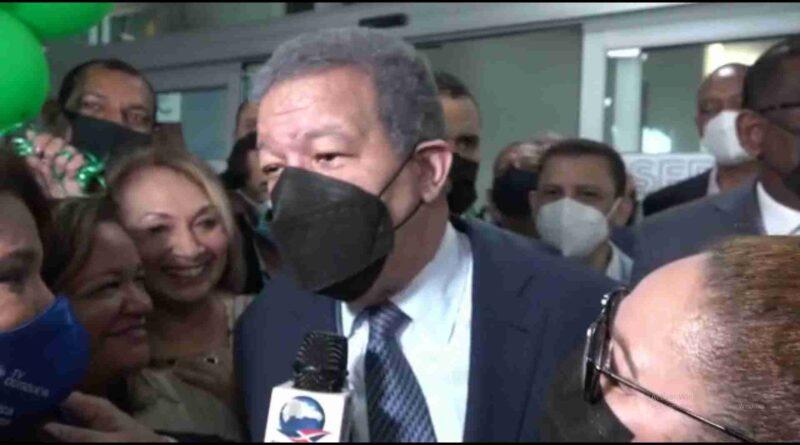 Leonel es recibido por decenas de seguidores en New York; inicia juramentaciones este sábado