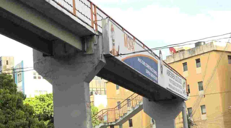 Reclaman intervenir puente peatonal deteriorado en la avenida Padre Castellanos