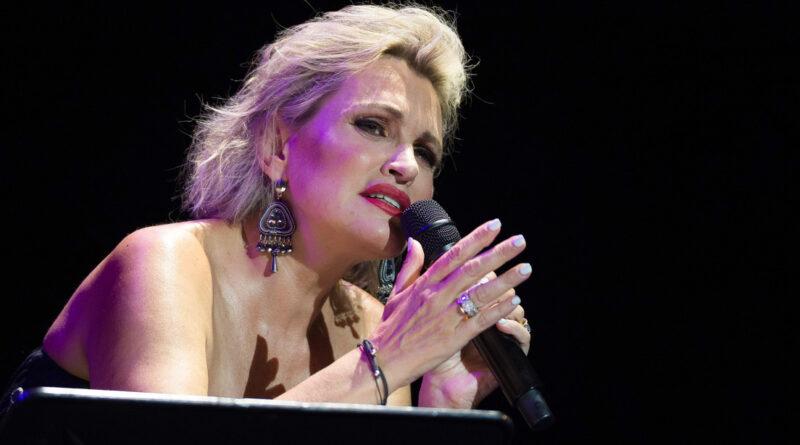 Reportan que a la cantante española Ainoha Arteta le amputaron varios dedos de la mano tras sufrir un infarto