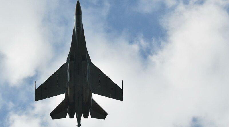 Tres cazas rusos escoltan a un bombardero estratégico de EE.UU. sobre el océano Pacífico