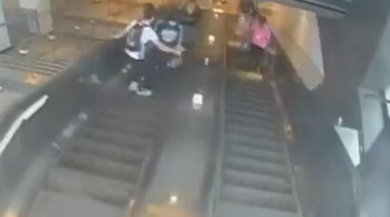 Una mujer cae por la escalera mecánica tras ser pateada por un hombre en el metro de Nueva York