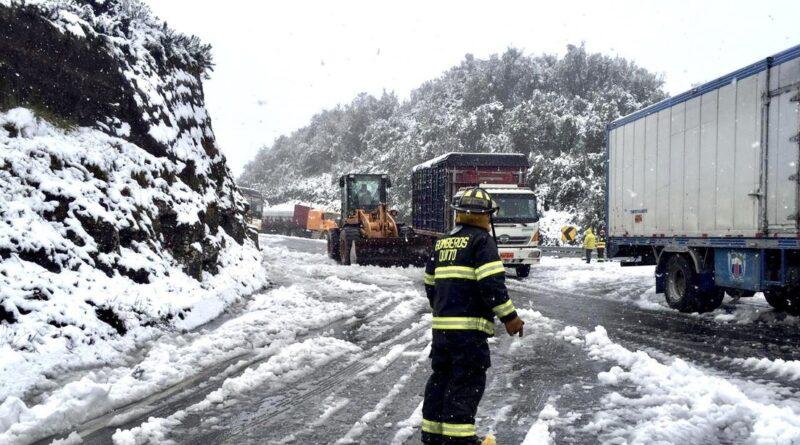 Una nevada en la sierra de Ecuador provoca un inusual atasco y el cierre parcial de una carretera
