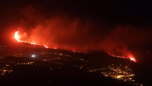 Lava del volcán Cumbre Vieja en España llega al mar: Ha dejado cerca de 700 edificaciones destruidas