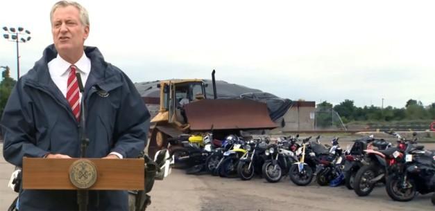 """""""No estamos jugando"""" advierte alcalde a motoristas después de triturar docenas de motoras confiscadas"""