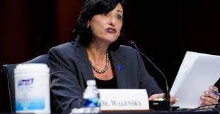 La directora de los CDC anula el aviso de su propia agencia y propone una dosis de refuerzo de la vacuna COVID-19