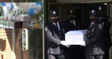 En un tétrico escenario policías realizan funeral de dos mellizos hallados muertos hace 1 año por dominicano en un basurero de El Bronx
