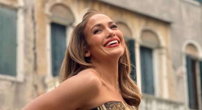 Jennifer Lopez fascinó con un look retro de vestido camisón beige con lunares negros