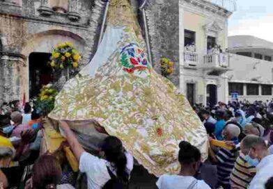 La tradicional procesión de la Virgen de Las Mercedes recorre varias calles de la Zona Colonial
