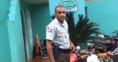 Enfurecido un sargento DIGESETT golpea ciudadano que hacía denuncia en un vídeo