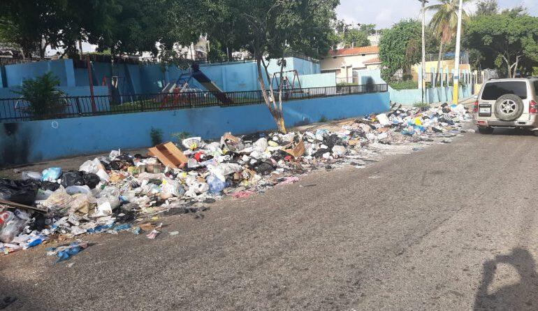 La basura arropa Simonico de Villa Duarte